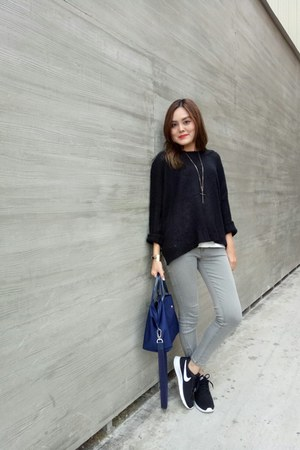 black sweater - navy longchamp bag - black nike sneakers