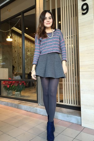 navy heels boots - charcoal gray tights - heather gray stripped top