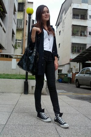 black bag - dark gray leggings - white Zara top - black blouse - black sneakers
