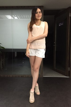 neutral shoes - white shorts - gold necklace - peach Zara top