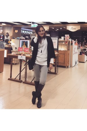 black knee boots - black coat - white sweater - white chidori pattern leggings