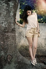 Cream-shirt-gold-shorts-brown-flats
