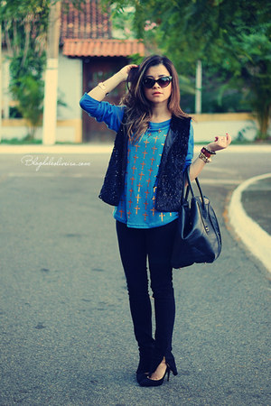 blue t-shirt - black pants