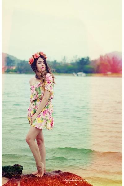 pink dress - salmon hair accessory