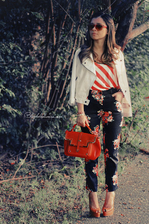 coral shirt - red sunglasses - black pants