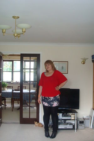 red new look t-shirt - black Florence and Fred skirt - black Primark leggings