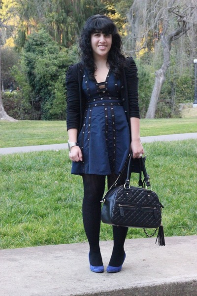 Can you wear a navy blue dress with black tights