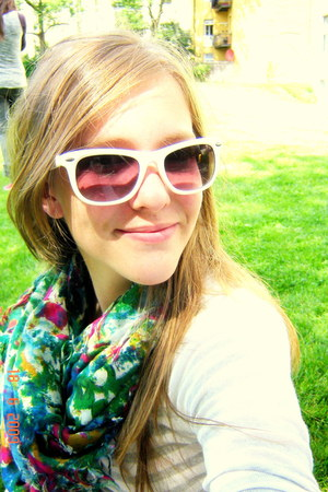 cotton Zara scarf - white Ray Ban sunglasses
