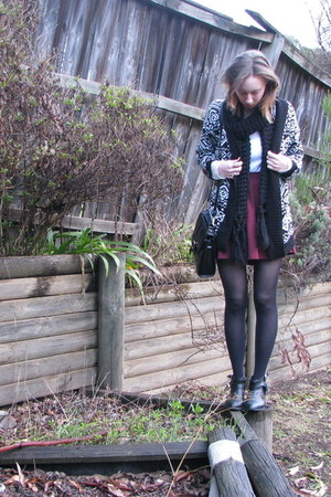 maroon skirt - white cardigan - black accessories