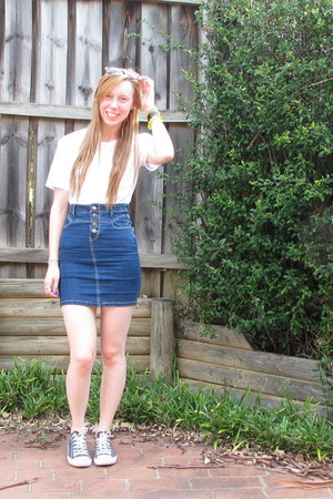 navy denim skirt - white t-shirt - navy Converse sneakers