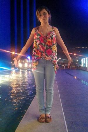 hot pink floral print H&M top - sky blue skinny jeans Bershka jeans