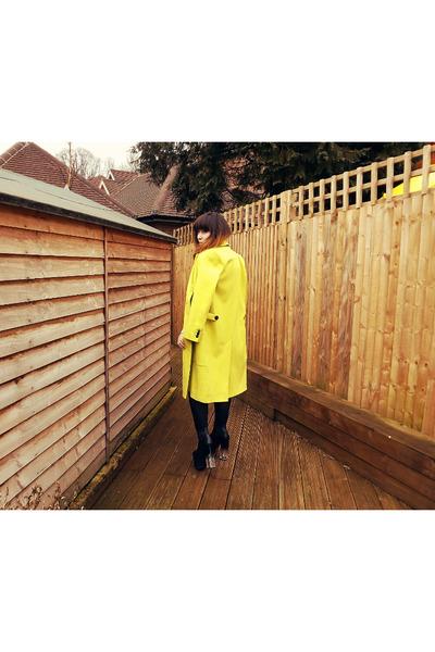 yellow neon coat Hearts and Hands coat - black das boot UNIF shoes
