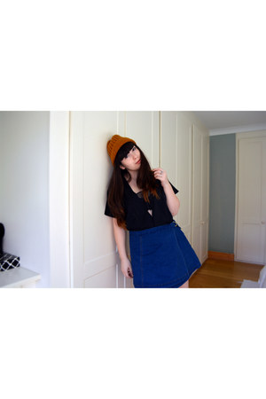 black mesh black tee Missguided top - carrot orange hat Monki hat