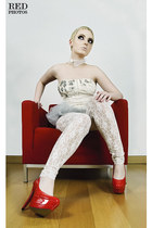 heels - red heels - off white leggings - silver accessories - off white top