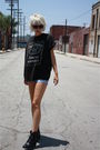 Black-jack-daniels-t-shirt-blue-levis-shorts-black-vintage-boots-blue-fore