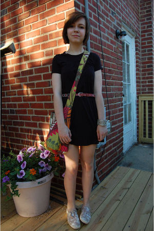 Black-volcom-dress-brown-thrifted-belt-brown-random-purse-silver-amrita-si