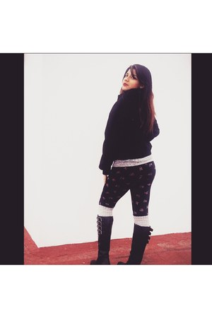 black unknown boots - black coat - black printed Forever 21 leggings