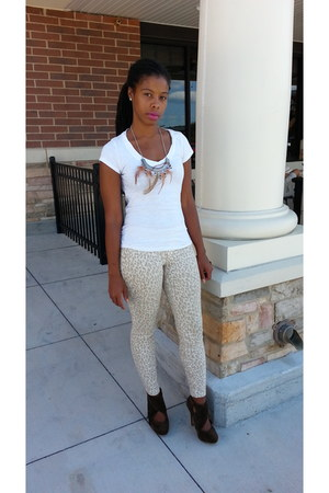 cheeta print jeans - white top - brown suede heels - feather necklace