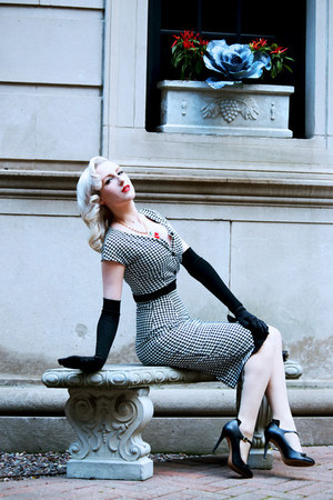 black houndstooth Pollypop dress - black satin vintage gloves