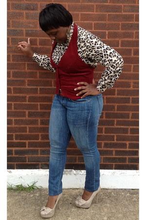 leopard print blouse - curve id Levis jeans - maroon velvet vest