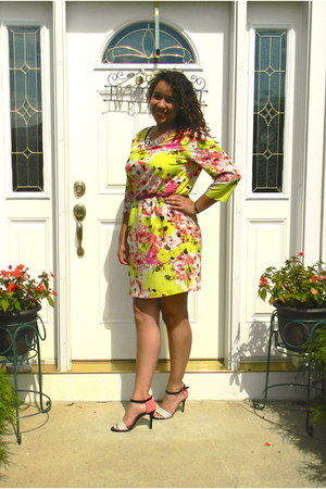 yellow Daisy Fuentes dress - salmon Cosmipolitan heels