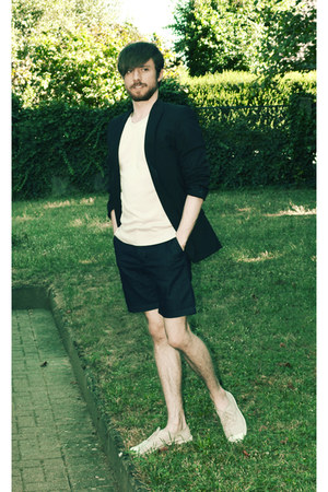 beige tennis Bensimon shoes - black blazer - navy Zara shorts