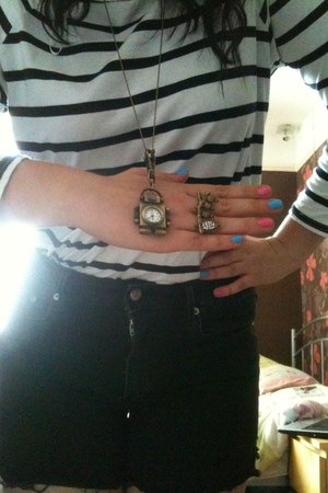 nail varnish Barry M accessories - H&M shorts - homemade necklace - Primark ring