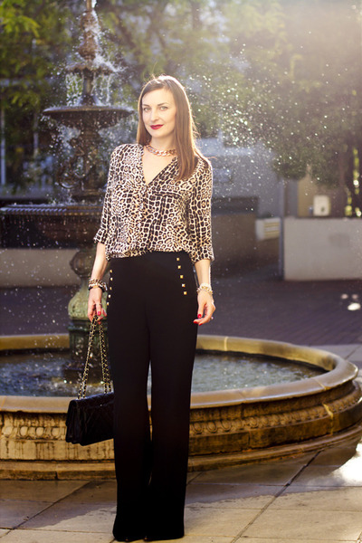 tan leopard print Equipment blouse - black quilted leather Chanel bag