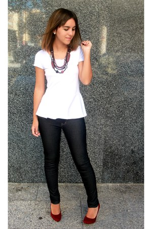 white t-shirt - dark gray jeans - brick red heels - brick red necklace