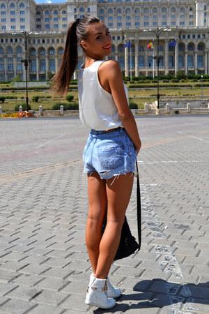 white shirt - jeans - black bag - sunglasses - bracelet - white sneakers