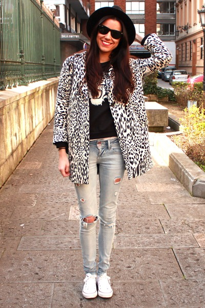 Zara coat - Bershka jeans - rayban sunglasses - Zara sweatshirt