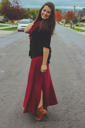 crimson maxi skirt Bobeau skirt - tawny leather Chelsea Crew boots