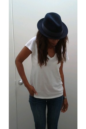 navy felt wool vintage hat - white cotton Gap t-shirt