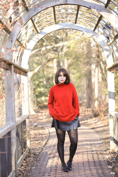 red turtleneck Zara sweater - black leather vintage skirt