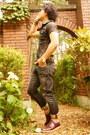 Maroon-caminand-shoes-dark-gray-pants-dark-brown-t-shirt