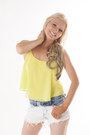 Yellow-crop-top-divanycom-top-sky-blue-denim-shorts-divanycom-shorts