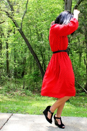 red vintage dress - black t strap Nine West heels