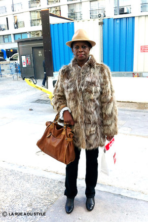 tawny faux fur vintage coat - cream beige Borsalino hat