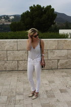 crimson plexi clutch Zara bag - white skinny jeans rag & bone pants