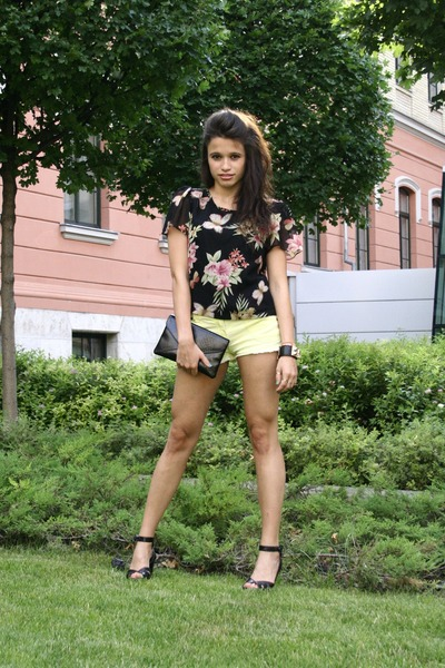 black clutch Bershka bag - light yellow jeans denim&co shorts