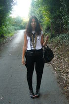white Bershka t-shirt - black Zara pants - black hazel shoes - gold Stradivarius