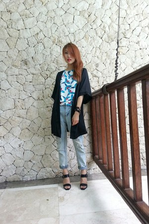 black cape - black shoes - light blue jeans - blue blouse
