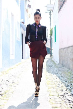 dark gray shirt - crimson shorts - beige heels