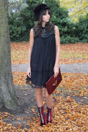 maroon faux fur asos hat - maroon Kurt Geiger boots - black asos dress