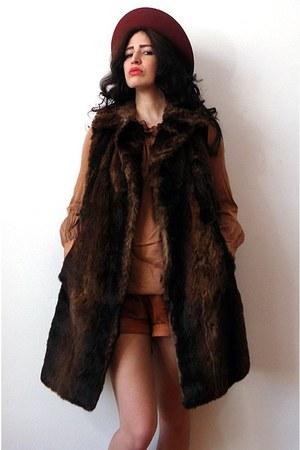 maroon felt vintage hat - burnt orange vintage shorts - coral nolita top