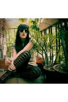heather gray Ebay t-shirt - black Ebay leggings - black rayban sunglasses