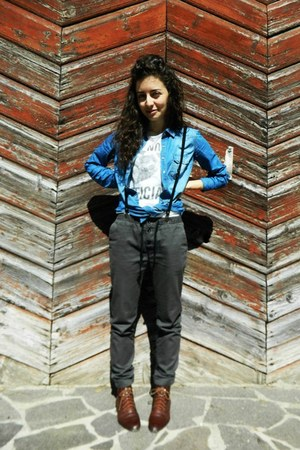 white BERSKA t-shirt - dark brown H&M shoes - blue denim Stradivarious shirt