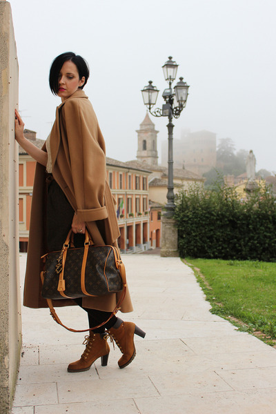 dark brown Louis Vuitton bag - tawny Il Laccio boots - camel Alba Fornari coat