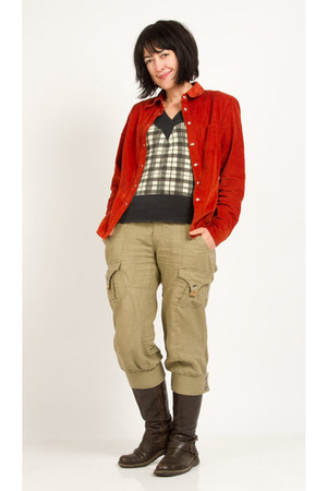 dark khaki timeout pants - dark brown Wrangler boots