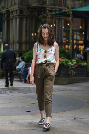 army green cargo Stradivarius pants - white flowered Andrea Martínez top
